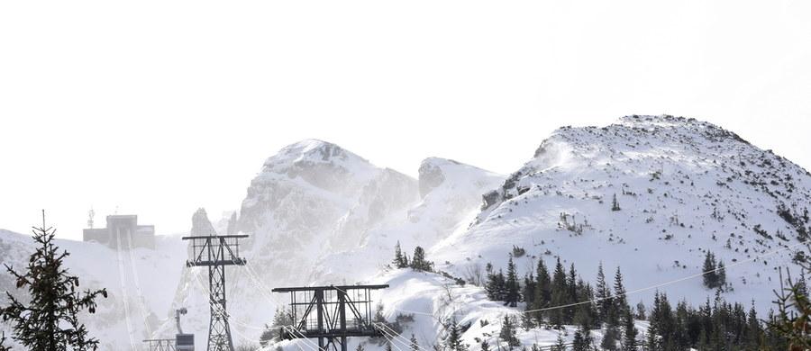 Ratownicy przestrzegają turystów przed złymi warunkami w górach. W Tatrach i Karkonoszach obowiązuje trzeci stopień zagrożenia lawinowego.  Wyzwolenie lawiny jest możliwe nawet przy małym obciążeniu.