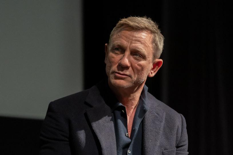 """W internecie pojawiło się nagranie, na którym Daniel Craig w niezwykle emocjonalny sposób żegna się z rolą Jamesa Bonda i całą ekipą, pracującą przy produkcji filmu """"Nie czas umierać"""". """"To jeden z największych zaszczytów mojego życia"""" – wyznał wzruszony aktor. Obraz trafi na ekrany kin 1 października."""
