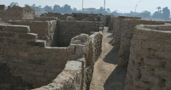 """Archeolodzy odkryli mające ponad 3 tysiące lat miasto, które ukryte było pod piaskami pustyni niedaleko od Doliny Królów w Luksorze. Znaleziono tam domy, warsztat, a nawet starożytną piekarnię. Naukowcy twierdzą, że to największe odkrycie od czasu znalezienia grobowca faraona Tutenchamona i mówią o """"Pompejach antycznego Egiptu""""."""