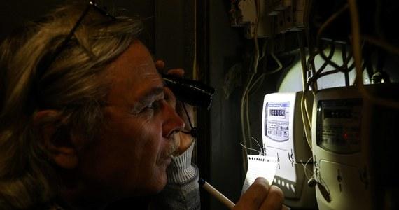 """Ogromny odzew słuchaczy RMF FM w sprawie kontrowersyjnej sprzedaży door2door prowadzonej w imieniu spółki Energa-Obrót przez jednego z jej partnerów biznesowych. Jak ujawniliśmy wczoraj w Faktach RMF FM, przedstawiciele handlowi, oferując klientom zamrożenie ceny za kilowatogodzinę, zatajali przed nimi istotne informacje o dodatkowej opłacie. Klienci, którzy podpisali umowy, zostali zaskoczeni wyższymi rachunkami. W spółce Energa-Obrót prowadzone jest w tej sprawie """"wielotorowe, wewnętrzne postępowanie"""". Z naszych ustaleń wynika, że zatajanie przed klientami szczegółów ofert mogło mieć też miejsce u innych partnerów biznesowych."""