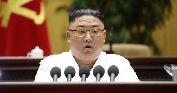 """Przywódca Korei Północnej Kim Dzong Un wezwał aparat partyjny do podjęcia """"kolejnego, trudniejszego ciężkiego marszu"""", by wydobyć kraj z kryzysu w obliczu nadchodzących """"przeszkód i trudności"""" - poinformowały w piątek państwowe media północnokoreańskie."""