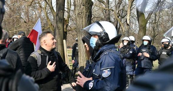 """Kilkadziesiąt osób protestowało w Ogrodzie Saskim nieopodal pl. Piłsudskiego w Warszawie, gdzie odbywały się uroczystości upamiętniające pamięć ofiar katastrofy smoleńskiej. """"Co najmniej sześć osób zostało zatrzymanych"""" - poinformował PAP rzecznik Komendy Stołecznej Policji nadkom. Sylwester Marczak."""