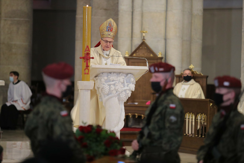 """Biskup Antoni Długosz wygłosił kazanie podczas mszy pogrzebowej Krzysztofa Krawczyka. Zadedykował mu również utwór """"Melancholia"""" jego autorstwa."""