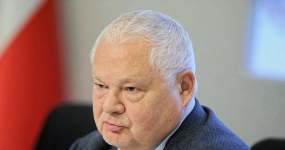 Prezes NBP Adam Glapiński podpisał wzór banknotu kolekcjonerskiego z wizerunkiem prezydenta Lecha Kaczyńskiego, który ma zostać wprowadzony do obiegu w listopadzie z okazji Święta Niepodległości. Chodzi o nominał 20 złotych. Jego planowany nakład to maksymalnie 80 tys. sztuk.