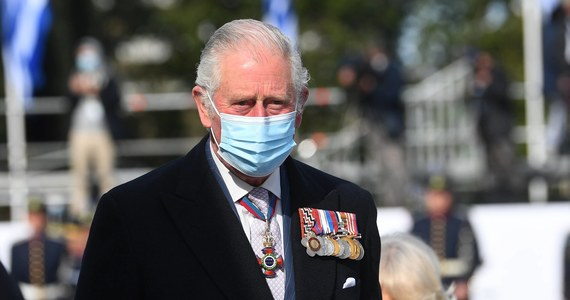 Brytyjski następca tronu, książę Karol złożył wieczorem osobisty hołd zmarłemu dzień wcześniej ojcu, księciu Filipowi. Następca tronu mówił, że całej rodzinie królewskiej ogromnie brakuje księcia Filipa.