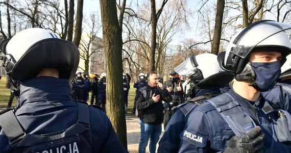 11 osób zostało zatrzymanych, 19 osób z mandatami, 295 osób wylegitymowanych - to bilans wczorajszych protestów obok pl. Piłsudskiego w Warszawie przed uroczystościami z okazji 11. rocznicy katastrofy smoleńskiej. Policja zapowiada, że skieruje do sądu wnioski o ukaranie 193 osób.