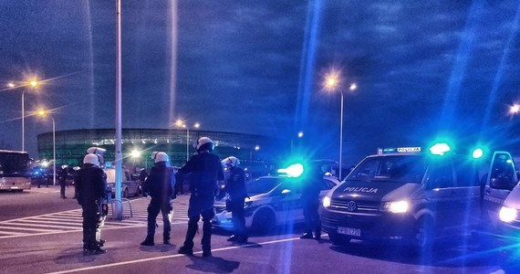 Policjanci zatrzymali dwie osoby i wylegitymowali ponad 360 przed wrocławskim stadionem. Wczoraj wieczorem - podczas meczu piłkarzy Śląska Wrocław i Lechii Gdańsk - zebrała się tam grupa kibiców.