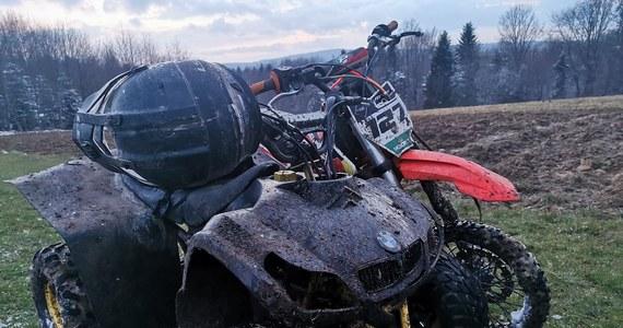 """Dwaj nastolatkowie, którzy nielegalnie jeździli quadem i motocrossem po rezerwacie """"Mójka"""" na Podkarpaciu, zatrzymani przez policję. Według relacji straży leśnej jeden z nich próbował rozjechać leśnika."""