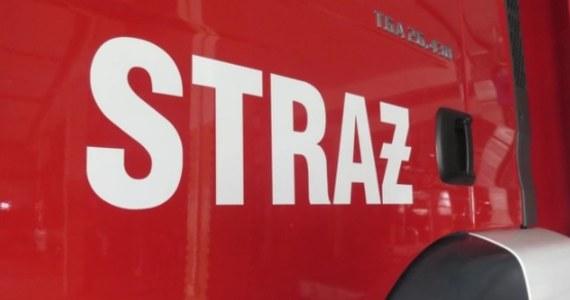 Strażacy z Brzegu zostali wezwani do mieszkania, w którym zasłabł 25-latek. Mężczyzna stracił przytomność w łazience, w której stwierdzono znaczne przekroczenie stężenia tlenku węgla.