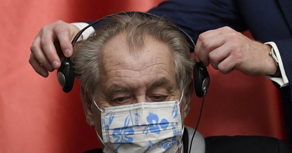 """76-letni prezydent Czech Milosz Zeman powiedział portalowi wysokonakładowego dziennika """"Blesk"""", że czasami korzysta z wózka inwalidzkiego. Dodał, że po raz pierwszy chce to zrobić publicznie w październiku podczas ceremonii wręczania odznaczeń państwowych."""