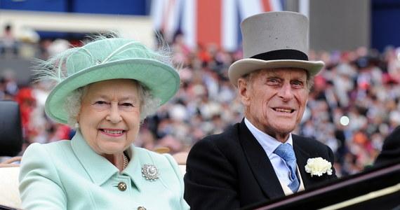 """Brytyjska królowa Elżbieta II opisała śmierć swego męża księcia Filipa """"jako pozostawienie ogromnej pustki w jej życiu"""" – ujawnił syn pary książę Andrzej. Jego młodszy brat książę Edward przyznał: """"Niezależnie od tego, jak bardzo ktoś stara się przygotować na coś takiego, to wciąż jest to ogromny szok. Wciąż próbujemy się z tym pogodzić""""."""