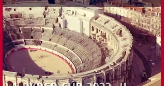 Trudna do uwierzenia gafa - tak włoskie media podsumowują błąd, jaki popełniły władze Rzymu i burmistrz Virginia Raggi. Rozpowszechniono film, w którym zamiast Koloseum pokazany został starożytny amfiteatr w mieście Nimes we Francji.