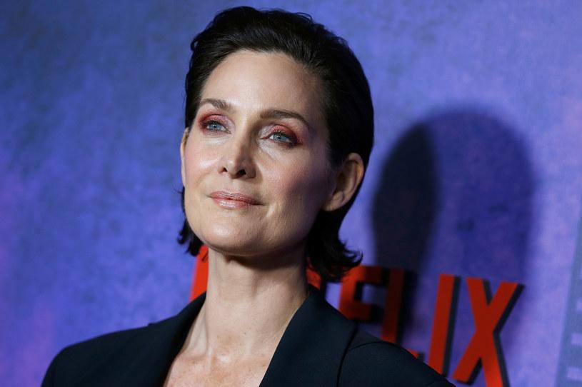 """Carrie-Anne Moss, której popularność przyniosła rola Trinity w serii filmów """"Matrix"""", opowiedziała o tym, jak w Hollywood wygląda życie aktorki po czterdziestce."""