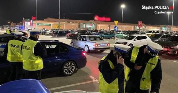 Blisko 700 osób przyjechało w miniony weekend do Poczesnej pod Częstochową, żeby rozpocząć tam nielegalne wyścigi samochodowe. Na miejscu była też jednak policja, która to wszystko udaremniła.
