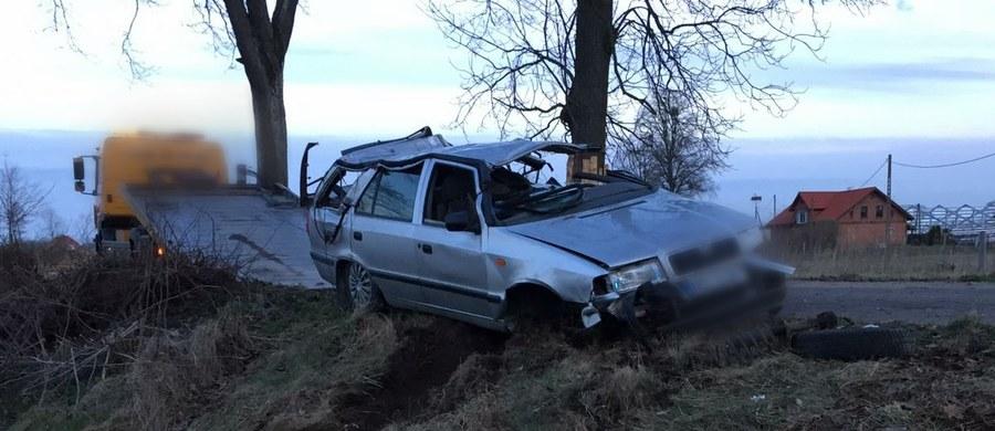18-letnia dziewczyna i 16-letni chłopak zginęli w wypadku drogowym koło Barczewka na Warmii. Auto, którym podróżowali, uderzyło w słup energetyczny.
