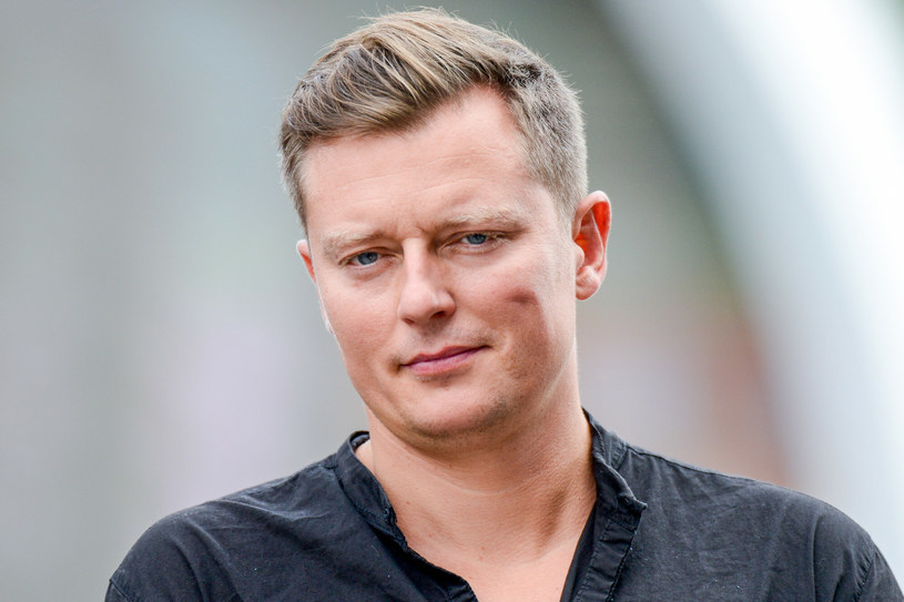 Bukmacherzy coraz gorzej oceniają szanse Rafała Brzozowskiego na Eurowizji. Nie tylko nie widzą jego szans w finale konkursu, ale typują, że nawet się do niego nie dostanie.