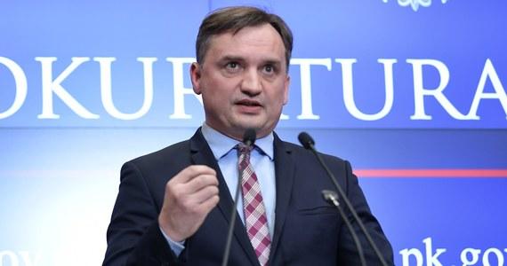 Prokurator generalny Zbigniew Ziobro zapowiedział ujawnienie materiałów ze śledztwa dotyczącego podejrzanego o korupcję byłego ministra transportu. To reakcja na decyzję sądu, który wbrew wnioskowi prokuratury nie przedłużył aresztu Sławomirowi Nowakowi.