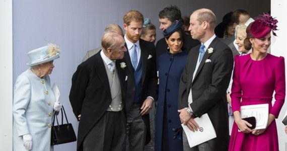 """""""Był dziadkiem, mistrzem grilla i legendą przekomarzania się, zawadiackim aż do samego końca"""" – napisał o zmarłym księciu Filipie, mężu królowej Elżbiety II, jego wnuk książę Harry. Wraz ze starszym bratem Williamem oddali dziadkowi hołd w bardzo osobistych – oddzielnych – oświadczeniach. """"Catherine i ja będziemy nadal robić to, czego on by chciał, i będziemy wspierać królową w nadchodzących latach. (…) Wiem, że chciałby, abyśmy zajęli się pracą"""" – napisał książę William."""