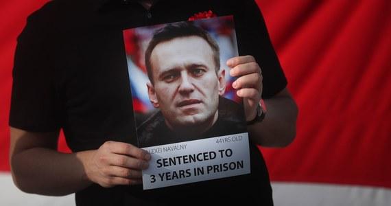 Wobec prowadzącego głodówkę rosyjskiego opozycjonisty Aleksieja Nawalnego władze więzienne stosują groźby, że będzie karmiony przymusowo - podał w poniedziałek niezależny portal Meduza. Nawalny schudł 15 kg od czasu, gdy trafił do zakładu karnego.