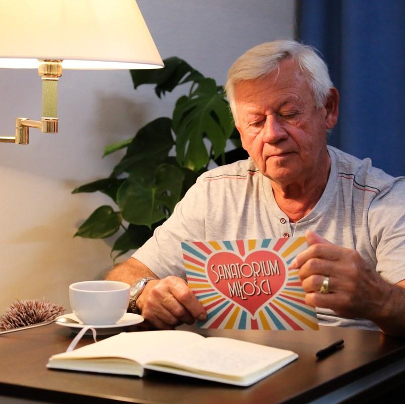 """Śmierć Władysława z trzeciej edycji """"Sanatorium miłości"""" poruszyła wielu widzów. Andrzej - jeden z uczestników produkcji TVP, który dzielił pokój z seniorem - wzruszająco wspomina swojego kolegę. """"Straciliśmy wielką postać"""" - wyznał kuracjusz."""