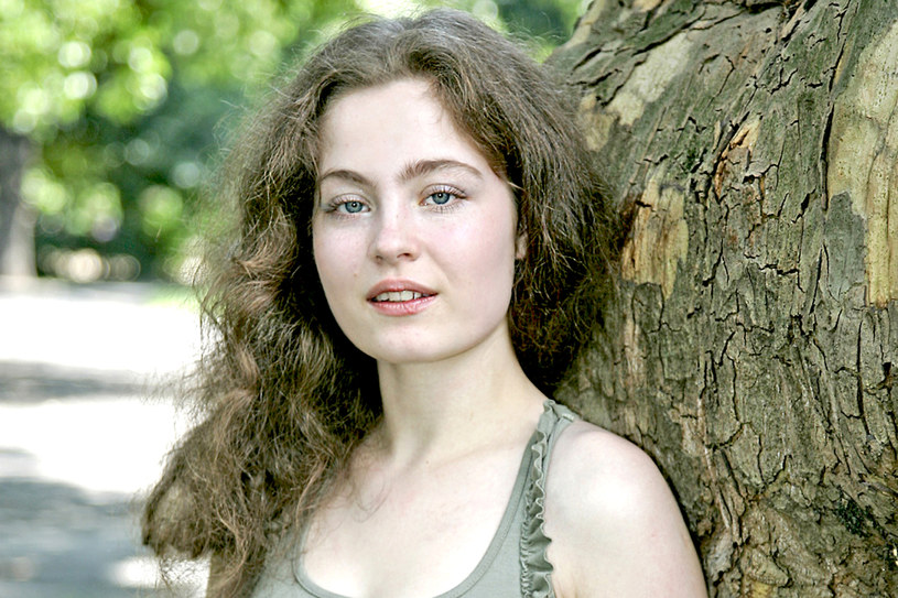 """Odniosła sukces będąc dzieckiem, a medialną popularność przyniosła jej rola Julki w """"Na dobre i na złe"""". Pojawiła się wówczas u boku Małgorzaty Foremniak, Emilii Krakowskiej i Artura Żmijewskiego. Odeszła z produkcji 13 lat temu. Później zagrała m.in. w filmach """"Chopin. Pragnienie miłości"""", """"Na boso"""" i """"Lubię mówić z Tobą"""". Sara Müldner ma 32 lata. Co robi teraz?"""