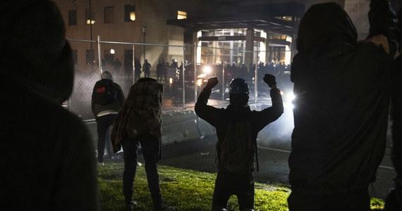 Starcia na przedmieściach Minneapolis w USA. Wieczorem, drugi dzień z rzędu, setki osób starły się z policją podczas protestów przeciwko zastrzeleniu przez policjantkę nieuzbrojonego czarnoskórego mężczyzny.