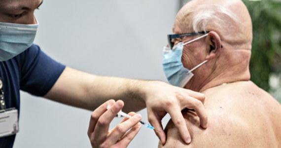 Kilkaset terminów na szczepienie zwolniło się w punkcie szczepień w Szpitalu Uniwersyteckim w Krakowie - dowiedzieli się reporterzy RMF FM. Każdy chętny, który spełnia warunki, to znaczy jest w wieku między 58. a 65. rokiem życia, może jeszcze w tym tygodniu zostać zaszczepiony.
