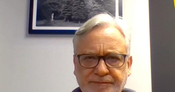 Dostaliśmy bardzo niepokojące informacje o możliwych eksperymentach medycznych wykonywanych na Uniwersytecie Warmińsko-Mazurskim pod nadzorem prof. Wojciecha Maksymowicza, które dotyczą płodów – powiedział rzecznik MZ Wojciech Andrusiewicz. Wiedziałem, że ktoś zbiera na mnie haki. Zostałem o tym uprzedzony - twierdzi z kolei polityk Porozumienia.