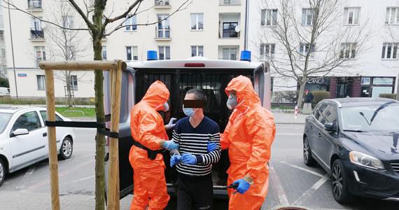 Mokotowscy policjanci zatrzymali 43-letniego mężczyznę, który uciekł z izolatorium. Przebywał tam w związku z zakażeniem koronawirusem.