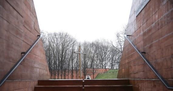 Decyzja o wymordowaniu polskich jeńców zapadła 5 marca 1940 roku. Trzy lata później - 13 kwietnia 1943 roku w Berlinie ujawniono informację o znalezieniu w Katyniu masowych grobów. Zbrodnia katyńska stała się przedmiotem propagandy, wzajemnych oskarżeń, a przede wszystkim tabu. Jednym z najważniejszych głosów w tej sprawie pozostają zapiski z pamiętników ofiar. O czym marzyli i śnili? Czy się obawiali?