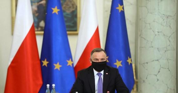 """Prezydent Andrzej Duda zapowiedział, iż """"nie wyklucza zmiany konstytucji"""" w kontekście wprowadzenia sędziów pokoju. Dziś odbyło się pierwsze posiedzenie zespołu, którego zadaniem będzie opracowanie projektu regulacji wprowadzającej tę instytucję."""