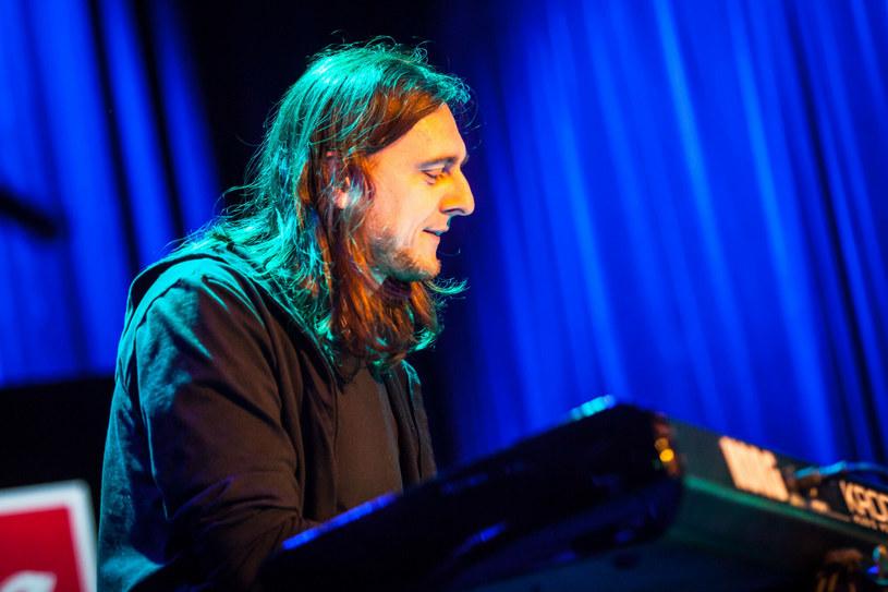 Grający na instrumentach klawiszowych w grupie Riverside Michał Łapaj wykorzystał przerwę w koncertowej działalności swojego macierzystego zespołu, by przygotować swój solowy debiut.