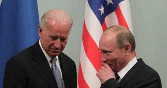 Amerykański prezydent Joe Biden zaproponował prezydentowi Rosji Władimirowi Putinowi doprowadzenie do dwustronnego szczytu na neutralnym gruncie. Przywódcy rozmawiali telefonicznie nt. sytuacji Ukrainy, przy której granicy Moskwa gromadzi znaczne oddziały wojsk.