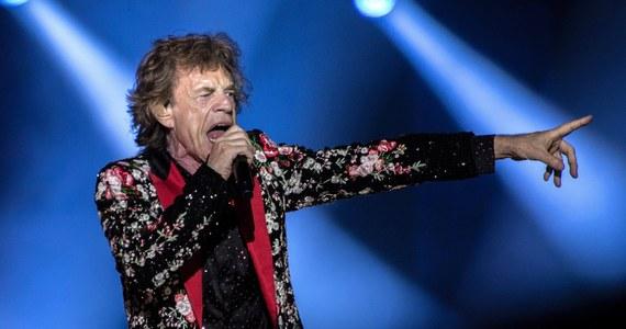 """Lider Rolling Stonesów Mick Jagger wspólnie z Davem Grohlem z grupy Foo Fighters nagrali dowcipną i optymistyczną piosenkę o trudach lockdownu i powrocie do normalności. W tekście utworu """"Eazy Sleazy"""" pojawiają się uciążliwości, których przez ostatnie kilkanaście miesięcy doświadczył prawdopodobnie każdy z nas oraz ironicznie ujęte elementy najpopularniejszych teorii spiskowych dotyczących pandemii."""