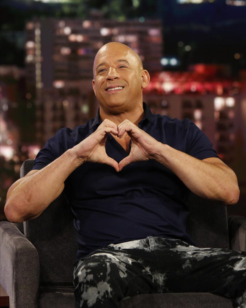 Vin Diesel mieszka obecnie na Dominikanie, w domu, który wynajmuje na zamkniętym osiedlu. Podobno jest bardzo uciążliwym sąsiadem. A to ze względu na towarzyszącą mu 12-osobową świtę agresywnych ochroniarzy, którzy uprzykrzają życie mieszkańcom sąsiednich domów.