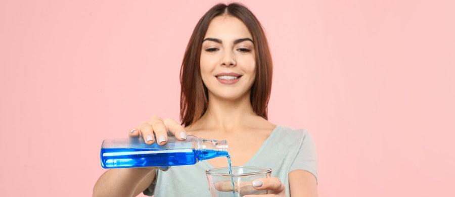 Płyny do płukania jamy ustnej pomogą zapobiec transmisji SARS CoV-2? Badania amerykańskich naukowców dają na to szanse. Ale dentyści ostrzegają przed zbytnim optymizmem – płukanka przeciwko koronawirusowi to fake news.