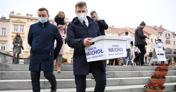 Waldemar Kotula z Porozumienia Jarosława Gowina zrezygnował ze startu w wyborach na prezydenta Rzeszowa. Poparł kandydaturę wiceministra sprawiedliwości Marcina Warchoła, wspieranego przez Solidarną Polskę Zbigniewa Ziobry, a także przez byłego prezydenta miasta Tadeusza Ferenca. Właśnie w związku z rezygnacją Ferenca ze stanowiska – po ponad 18 latach – konieczne jest przeprowadzenie w Rzeszowie wyborów.