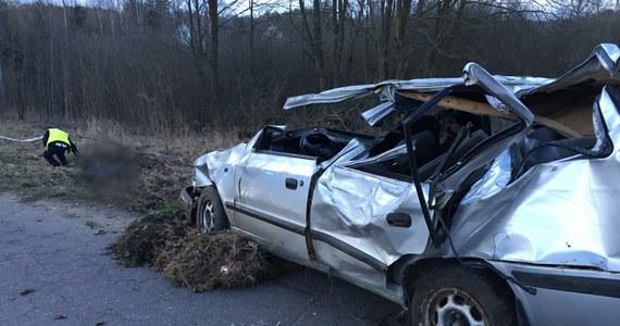 Olsztyńska prokuratura przedstawiła zarzuty 19-letniemu kierowcy, który po alkoholu i bez uprawnień spowodował wypadek na drodze powiatowej z Barczewka do Biedowa na Warmii. Na miejscu zginęła 18-letnia dziewczyna i 16-letni chłopak.
