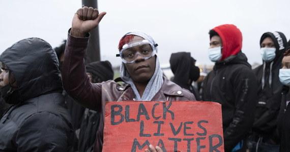 Policjantka Kim Potter, która śmiertelnie postrzeliła na przedmieściach Minneapolis młodego Afroamerykanina, została aresztowana pod zarzutem zabójstwa drugiego stopnia - poinformowało biuro do spraw zatrzymań amerykańskiego stanu Minnesota.