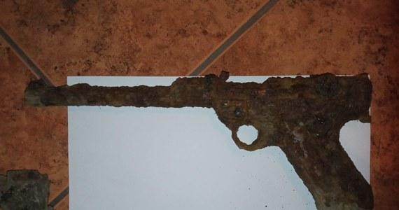 Dwaj chłopcy z Gościeszyna (Wielkopolskie) w trakcie zabawy znaleźli w przydrożnym rowie przedmiot przypominający pistolet. Został on zabezpieczony przez policję. Po wstępnej ocenie okazało się, że jest to najprawdopodobniej pistolet Luger parabellum z okresu II wojny światowej.