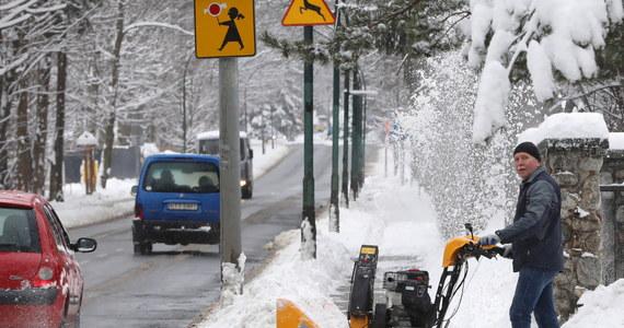 Do godziny 22 w środę odnotowano prawie 700 strażackich interwencji w związku z opadami śniegu i silnym wiatrem. Najwięcej pracy mieli strażacy w Małopolsce oraz na Podkarpaciu. Głównie usuwali z dróg i chodników połamane drzewa i konary.