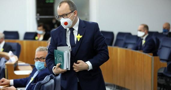 """Trybunał Konstytucyjny uznał za niekonstytucyjny przepis pozwalający działać RPO po zakończeniu kadencji do czasu objęcia stanowiska przez jego następcę. Wyrok TK oznacza, że po jego uprawomocnieniu - za trzy miesiące - urząd ma opuścić sprawujący go do tej pory Adam Bodnar. """"Do czasu wejścia w życie wyroku dalej wykonuję zadania RPO"""" - oświadczył. Zaapelował, by parlament jak najszybciej wybrał jego następcę. Sejm po raz kolejny zajmie się wyborem nowego Rzecznika Praw Obywatelskich dziś wieczorem."""
