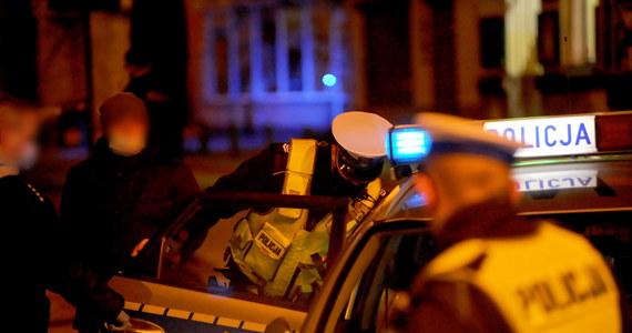 """Strzały podczas akcji policji w Koszalinie. Padły podczas próby zatrzymania pijanego 52-latka z Ukrainy, który w centrum miasta nie zatrzymał się do kontroli drogowej. Wcześniej potrącił policjanta i uderzył w """"elkę""""."""