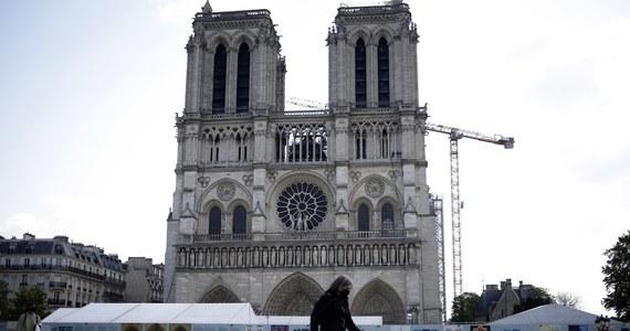 W czwartek mijają dwa lata od wybuchu pożaru w katedrze Notre-Dame w Paryżu. Płomienie zniszczyły wówczas m.in. dach świątyni oraz iglicę Viollet le Duc. Obudowa gotyckiej katedry wciąż znajduje się w tzw. fazie zabezpieczającej.