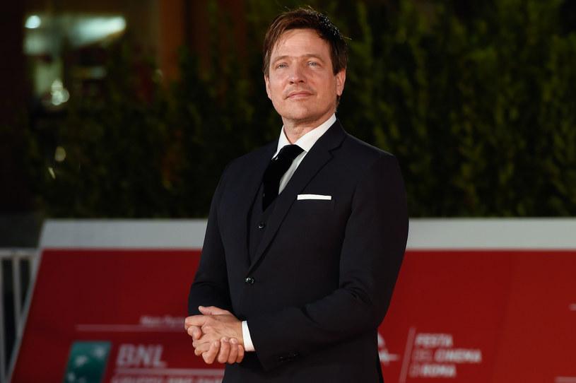 """Thomas Vinterberg, jeden z najbardziej utytułowanych duńskich reżyserów filmowych, autor takich produkcji jak """"Na rauszu"""" czy """"Polowanie"""", zadebiutuje jako twórca serialu. Na swój telewizyjny debiut wybrał produkcję zatytułowaną """"Families Like Ours"""" (""""Rodziny takie jak nasze""""). Vinterberg będzie również współautorem scenariusza tego serialu."""