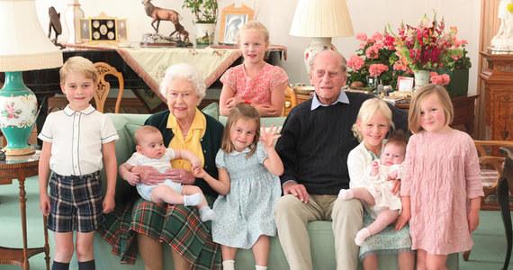 Brytyjska rodzina królewska postanowiła raz jeszcze upamiętnić zmarłego w piątek księcia Filipa. Tym razem zamieściła w mediach społecznościowych serię niepublikowanych wcześniej zdjęć przedstawiających męża królowej Elżbiety II w różnych sytuacjach rodzinnych.
