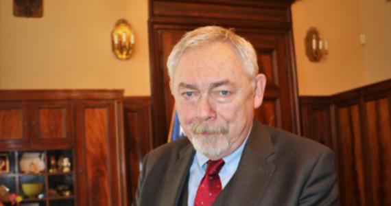 """Prezydent Krakowa Jacek Majchrowski przyznał, że w ostatnim czasie został ukarany mandatem. Powodem miało być zapalenie cygara w urzędzie. """"Uprzedzam - czasem również używam brzydkich wyrazów"""" - napisał w mediach społecznościowych. Nie ujawniono wysokości kary, jaką musiał zapłacić."""