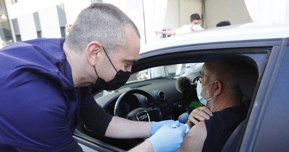 Trwają przygotowania do otwarcia punktów szczepień typu drive-thru w niektórych miastach Polski. Jeden z nich ma zacząć działać na stadionie we Wrocławiu. Dziennie będzie można tam zaszczepić około 8 tysięcy osób - w zależności od tego, ile dawek dotrze do punktu. Jak szczepienie bez wychodzenia z samochodu będzie wyglądać w praktyce? Poniżej zamieszczamy najważniejsze pytania i odpowiedzi.