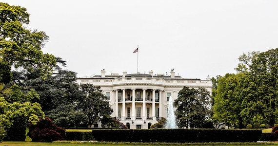 """Będziemy obciążać Rosję kosztami za destabilizujące działania, w tym cyberataki na USA i sojuszników, ingerencje w procesy wyborcze, represjonowanie dziennikarzy czy naruszanie granic innych państw - ogłosił w czwartek Biały Dom. Reakcję na te sankcje zapowiedziało już rosyjskie MSZ. """"Odpowiemy według zasady wzajemności"""" – oświadczył rzecznik Kremla. Resort dyplomacji wezwał ambasadora USA na """"trudną rozmowę""""."""