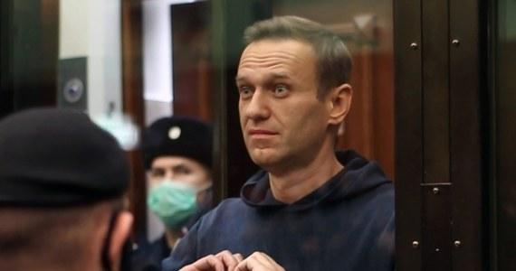 """Konto matki Aleksieja Nawalnego na Facebooku zostało zablokowane po tym, jak zamieściła w nim relację z wizyty u syna w kolonii karnej. Kobieta miała tam stwierdzić, że więzienni lekarze """"będą smażyć się w piekle"""". Przyznała też, że syn ma problemy z oddychaniem, kaszle i jest bardzo osłabiony."""